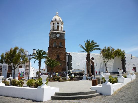 Teguise, Spanien: la place et l'église