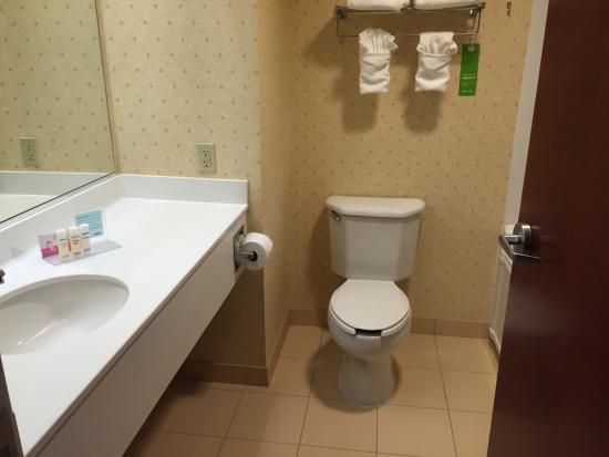 Hampton Inn Woodbridge: bathroon