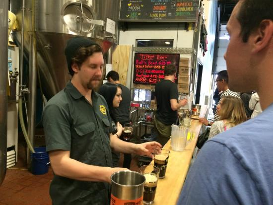 Milwaukee Brewing Co.: Happy attentive stafff