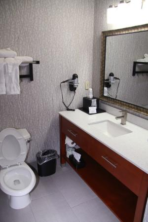 Best Western Plus Jackson Downtown-Coliseum: Beautifully decorated bathrooms with hairdryers for your convenience.