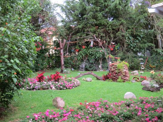Puembo Birding Garden: Mercedes beautiful flower garden.