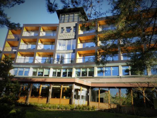"""Hotel Kowald: Von der Sonne angestrahlt - die Zimmer mit Thermenblick und der """"Allwetter - Verbindungsgang in"""