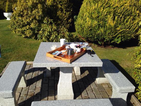 Mountain View B&B: Kaffee und Tee im Garten bei herrlichem Sonnenschein