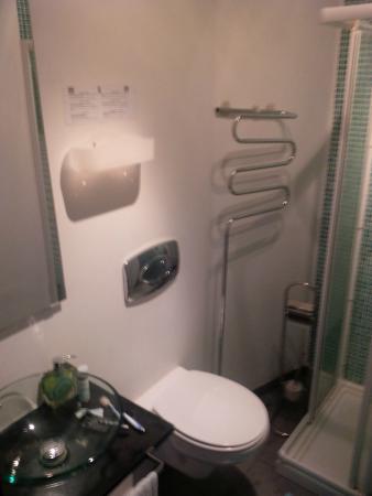 Dolce Cascais Guest House: Bathroom