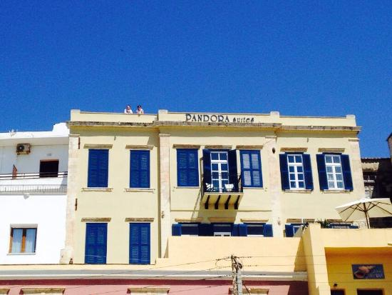 Pandora Suites Hotel: Very central but still charming typical Greek style boutique hotel.