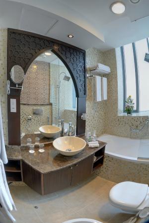 Boutique 7 Hotel & Suites: Guest Bathroom