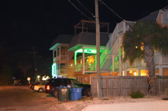 Atlantis Inn: Side street...safe walking at night.