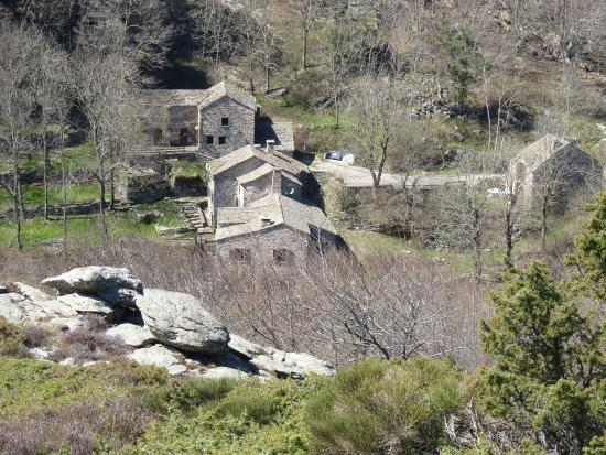 Colombieres-sur-Orb, Frankrijk: Looking down on the Refuge on the return leg