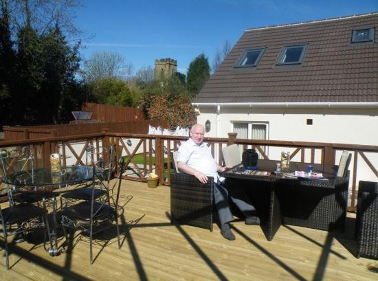 Holly Lodge: Raised decking seating area