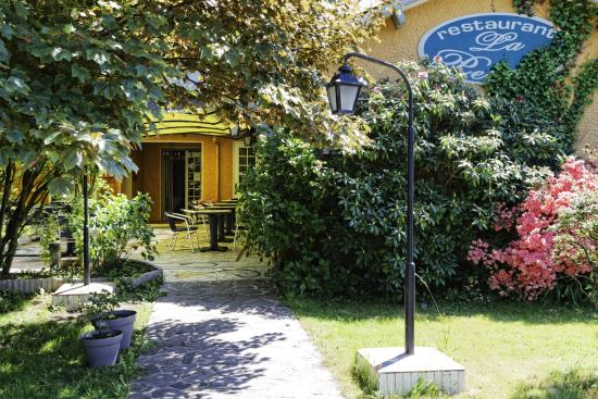 Ousse, France : terrasse/hotel