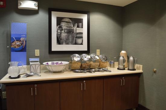 Hampton Inn & Suites Mahwah: Breakfast cereals area