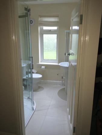 Whitstable Bay Bed and Breakfast: Garden Room ensuite