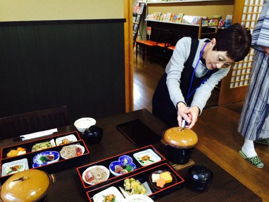 Shukubo Suirinso : Our wonderful hostess preparing our breakfast