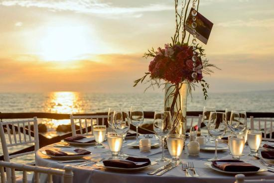 Costa Sur Resort & Spa: Table set-up at sunset