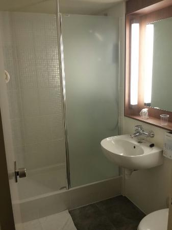 Nouvelle salle de bain la vieille baignoire remplac e par une belle douche photo de for Belle salle de bain douche