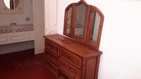 su tocador de madera de roble picture of hotel maya