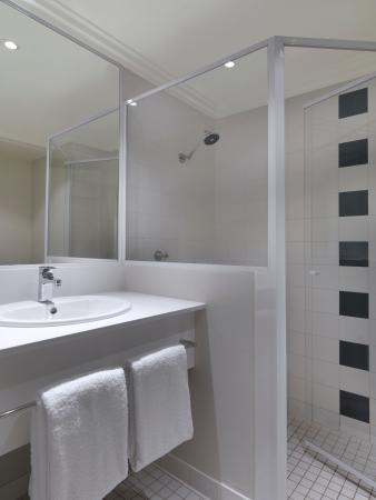 Travelodge Hotel Blacktown: In Room Bathroom