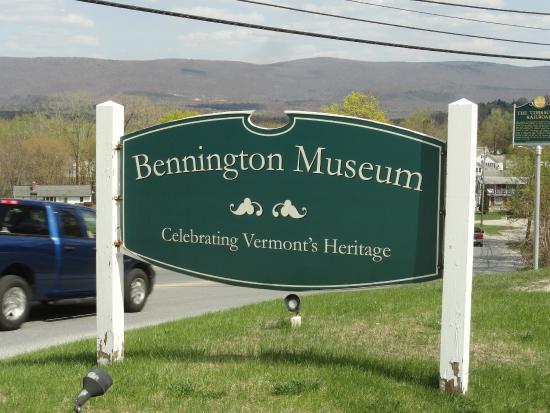 Bennington Museum: Sign outside