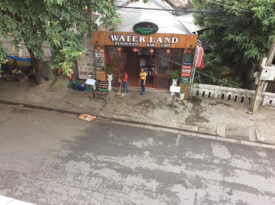 Hong Thien Backpackers Hotel: The street view