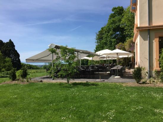Restaurant de Bois Genoud La terrasse du Castel de Bois Genoud et le