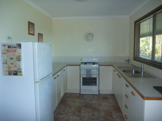 Montville Holiday Apartments: Kitchen supplied with basic needs.