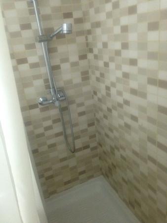 Ona Jardines Paraisol: Very clean bathroom with washing machine