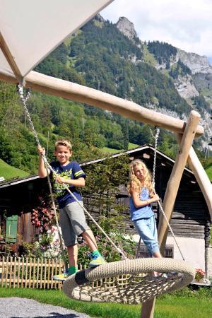 Klöntal, Suiza: Netzschaukel auf dem Spielplatz