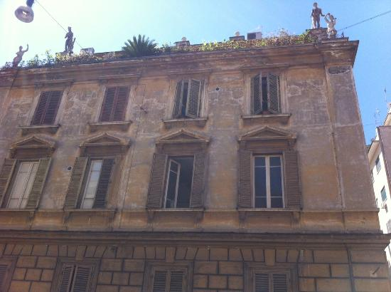 Hotel Rome Arena House: Look for the statues on the roof to find it