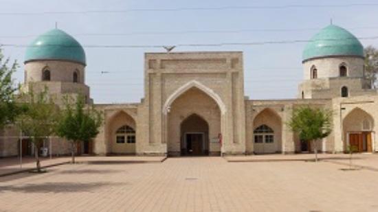Kokand, อุซเบกิสถาน: Внутренний двор с худжрами (помещениями для учащихся в медресе)