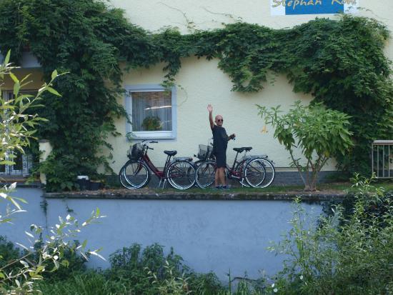 Weingut & Gastehaus Stephan Kohl: Husets vägg med våra cyklar innan cykeltur