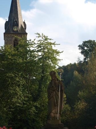 Weingut & Gastehaus Stephan Kohl: Kyrka mitt emot Huset