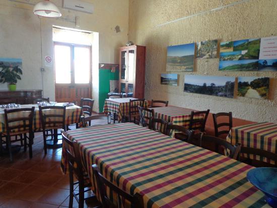 agriturismo torre salsa salle manger ancienne table