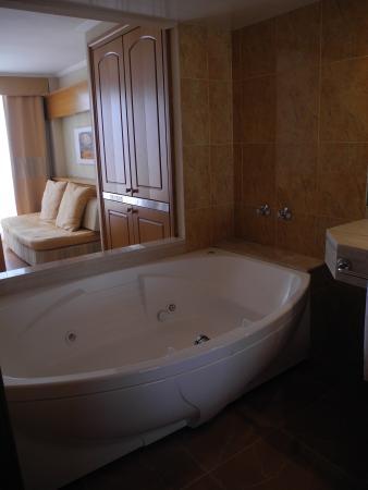 Jaccuzzi ouvert entre la salle de bain et le salon - Picture ...