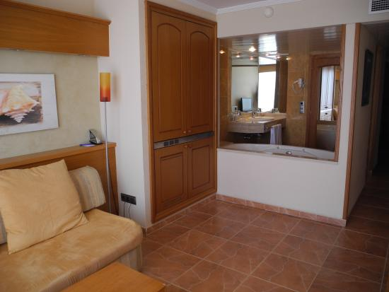 Jaccuzzi ouvert entre la salle de bain et le salon - Picture of ...
