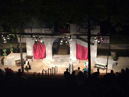 Finlay Park: Nice place to walk around. In the night you can see a  medieval play. In a traveling theater.