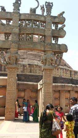 Raisen, Indien: People enjoying the historical monument