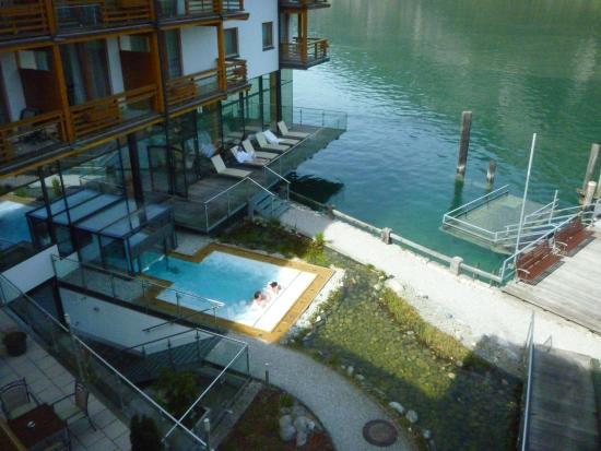 blick vom balkon auf den jacuzzi picture of travel charme fuerstenhaus am achensee pertisau. Black Bedroom Furniture Sets. Home Design Ideas