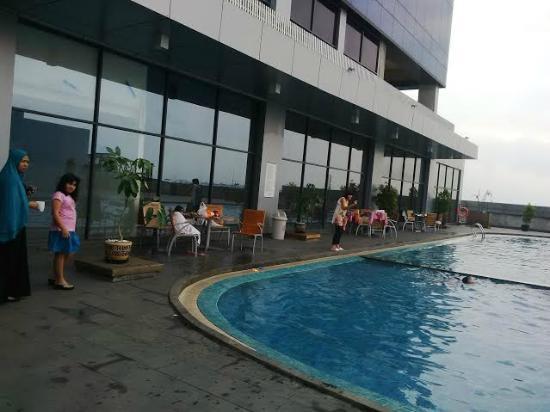 Kolam Renang Swiss Belhotel Cirebon Di Lantai Tiga Picture Of