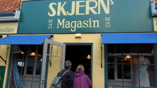 Postgården udefra - Billede af Korsbæk på Bakken, Klampenborg - TripAdvisor