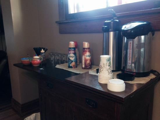 Chestnut House Bed & Breakfast: Complimentary coffee & snack bars