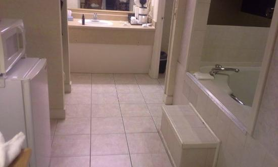 Days Inn Absecon-Atlantic City: jetted tub and bathroom