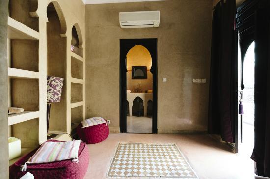 Riad Magellan Yoga: Twin Room (Prune) - Entry & Bathroom