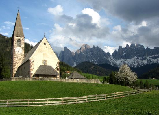 chiesa di santa maddalena sopra la collina foto di