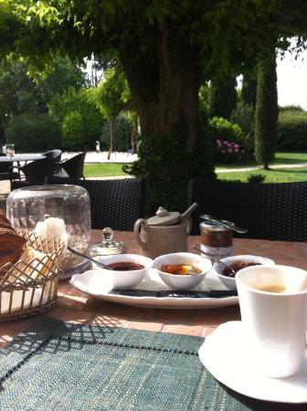 Le Mas au Portail Bleu : Petit déjeuner dans le jardin