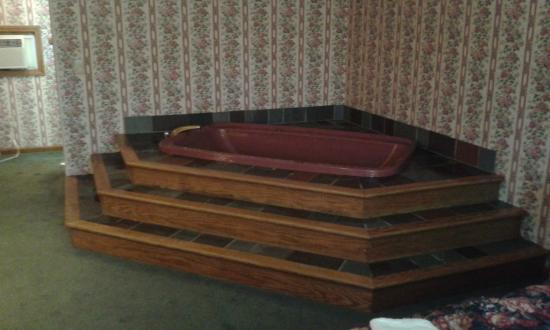 Pownal, VT: Indoor jacuzzi still had DEAD SKIN/SOAP SCUM inside it!