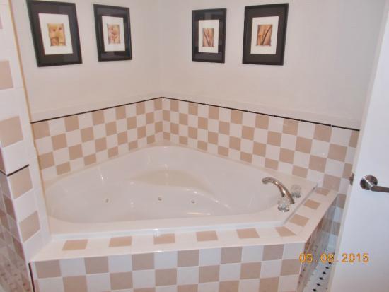 1896 House - Brookside & Pondside Motels: Dual whirlpool tub