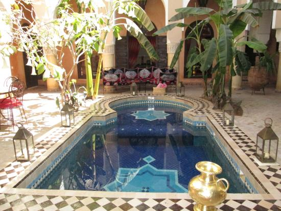 Riad Nabila: Courtyard and pool