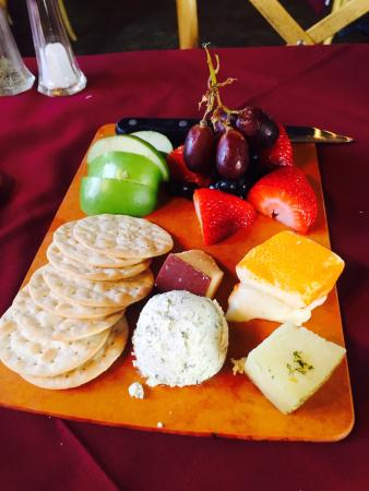 Blue Mountain Bistro: Very nice cheese platter appetizer!
