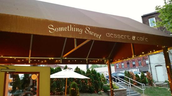 Something Sweet Dessert Cafe: Outside patio