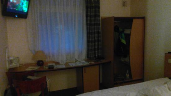 Hotel Campanile Zwolle: столик и шкафчик